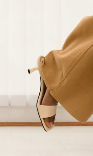 https://click.linksynergy.com/deeplink?id=HX8GhCOmXzA&mid=43117&u1=MF&murl=https%3A%2F%2Fdearfrances.com%2Fcollections%2Fall-styles%2Fproducts%2Fcove-heel-black
